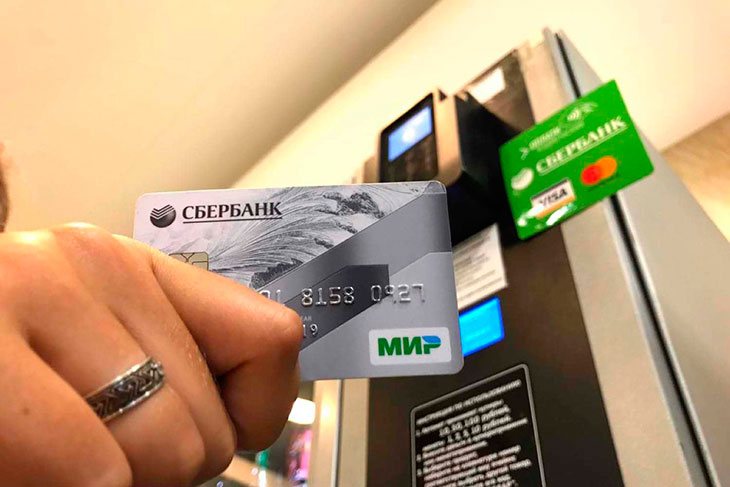 Почему могут отказать в выпуске дебетовой карты?